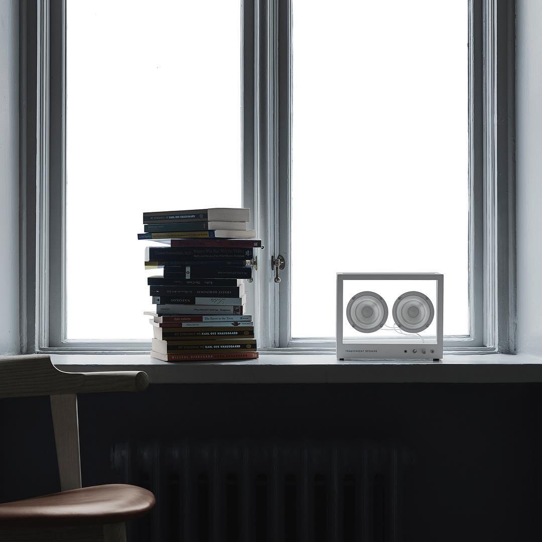 置くだけで、その場所が一気に仕上がるデザイン。それでいて、どんな壁や棚にも溶け込む、まっ白な存在。ガラスとスピーカーユニット2つだけ、美しい佇まいの「Bluetoothスピーカー」|TRANSPARENT SPEAKER(トランスペアレント スピーカー)