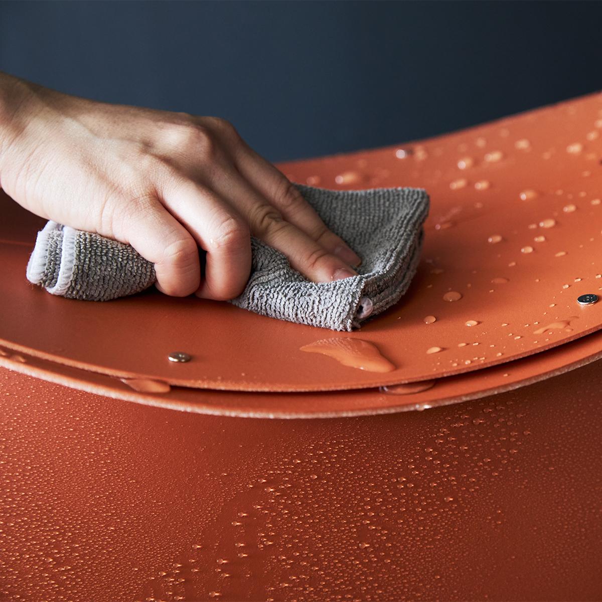 軽いのに強度があり、水に濡れても劣化しにくく、雨や雪の日でも安心して使えます。座面を外せば、ゴミ箱・防災トイレが出現する「折りたたみイス」|PATATTO PATATTO 350+