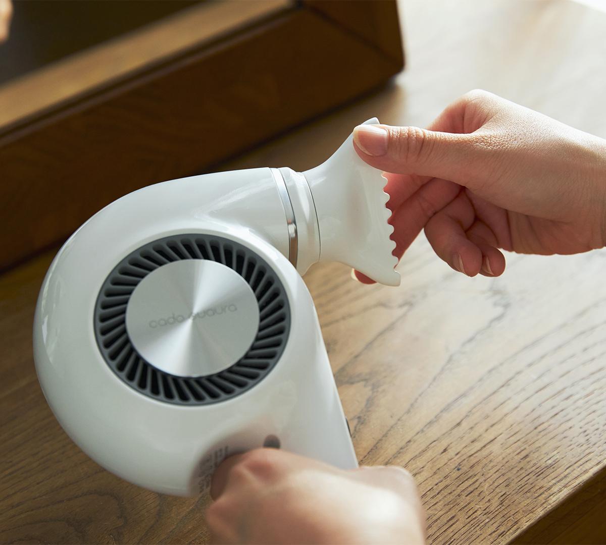 ノズルは360℃回転するので、風を当てたい向きへ自在に傾けることができます。手と空間に馴染む、85℃のちょうどいい風をつくる「ヘアドライヤー」|cadocuaura(カドークオーラ)|BD-E2