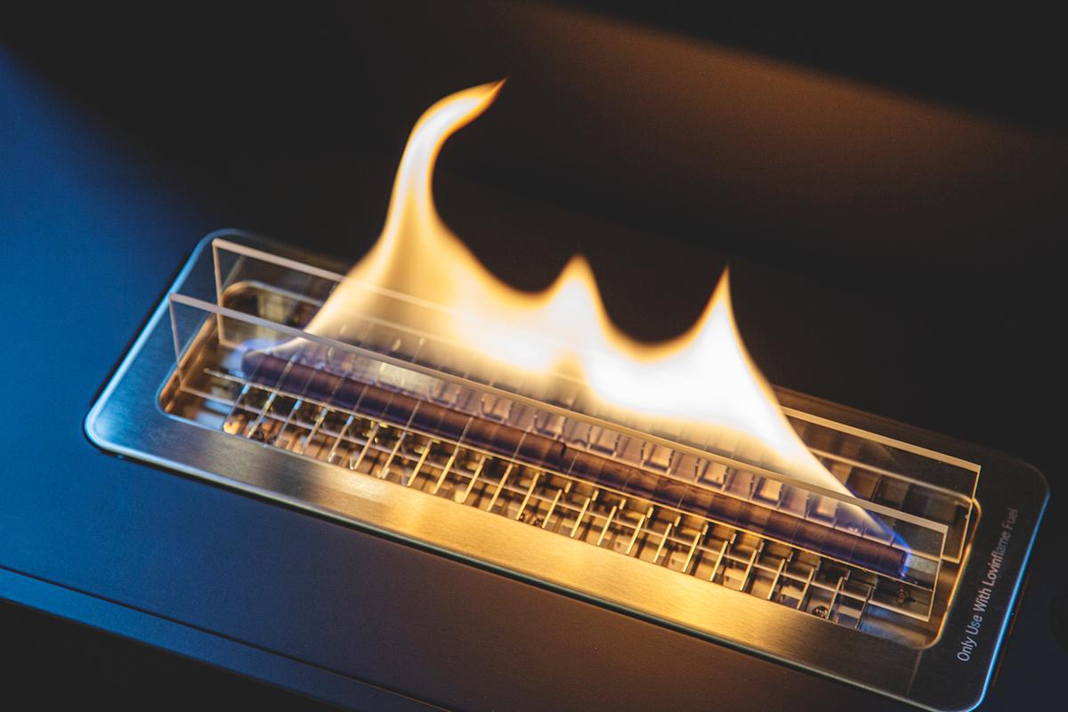 大きな炎を安定的に楽しめます。安全な専用燃料で片づけいらず、ニオイも煙も出ないから、家のどこにでも置けるバイオエタノール燃料を使った「暖炉」|LOVINFLAME VENTFREE