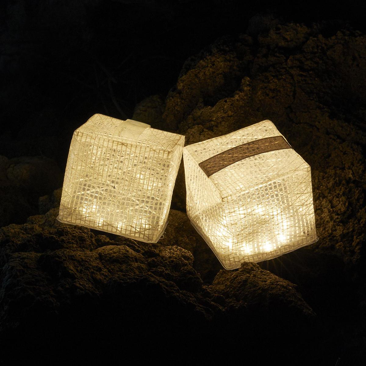 「ウォームライト」は、白熱灯のような暖色の光を放ちます。薄さ1.2cmに畳める超軽量ソーラー充電式ライト(ランタン)で、いつも太陽の光がそばに|carry the sun