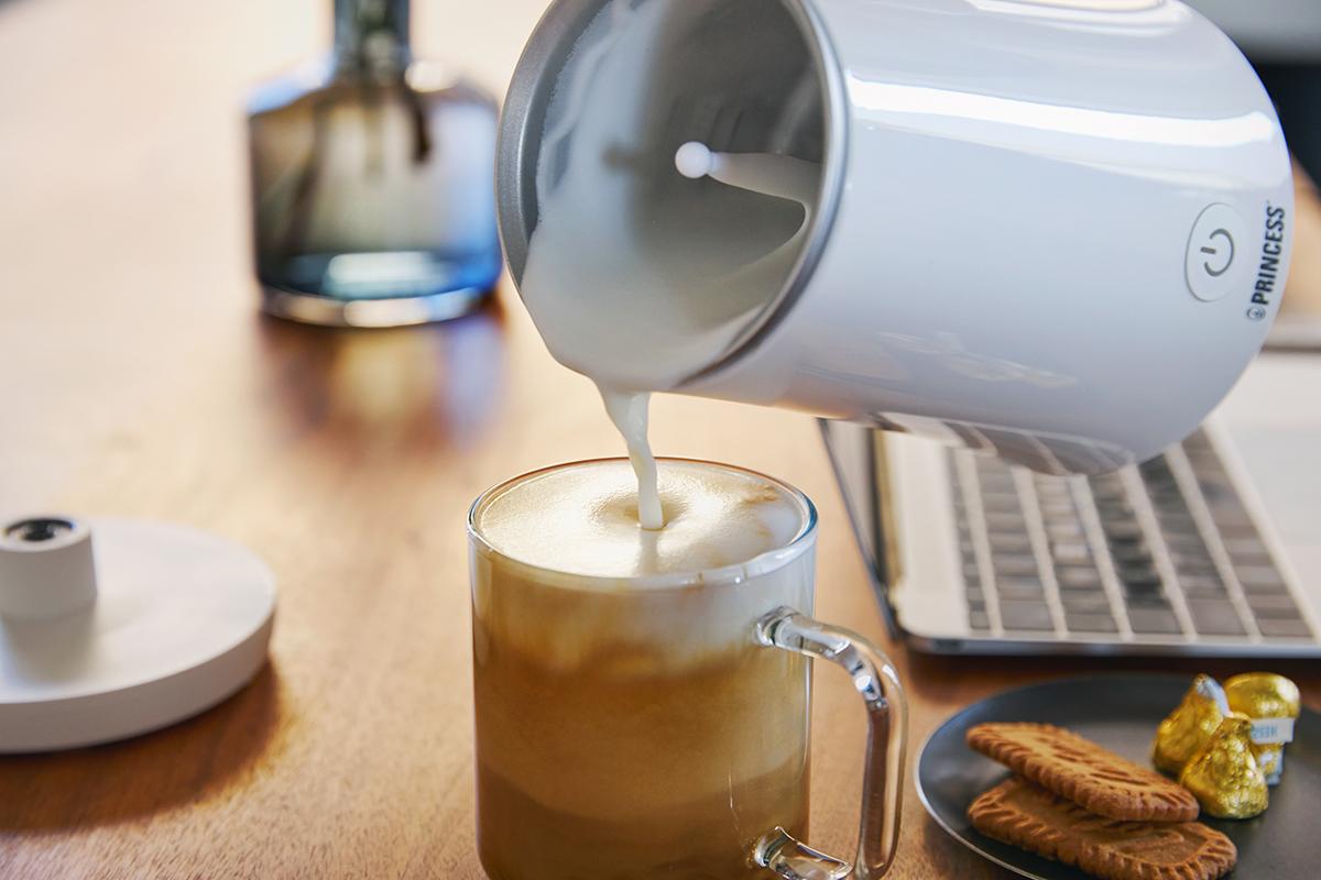 カフェに行けない休日や、在宅ワーク時の気分転換、来客への特別なおもてなしに。思わず唸るほど、キメ細やかでクリーミーなふわふわミルクが簡単に作れる「全自動ミルクフォーマー」|PRINCESS Milk Frother Pro