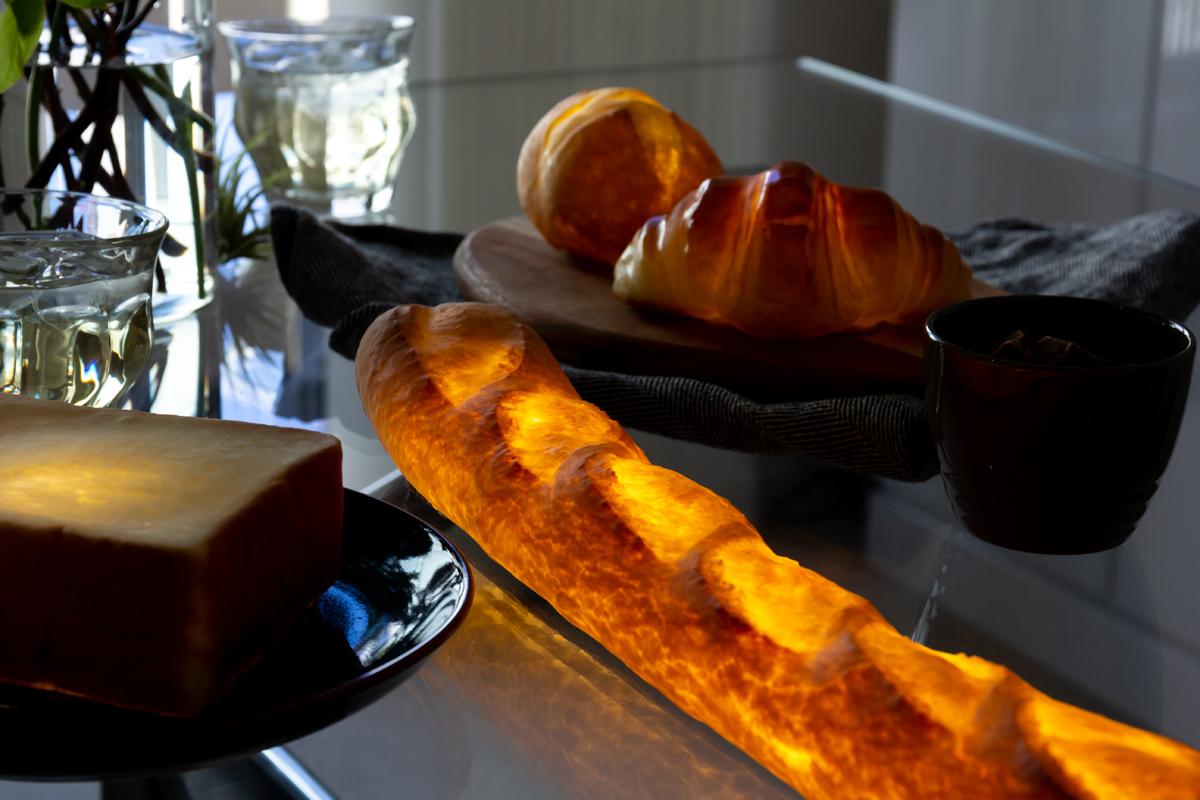 神戸の銘店『ビゴの店』で焼かれている。本物のパンがそのままインテリアライトに!置くだけで明かりのオンオフができる「ライト・ランプ・間接照明」|モリタ製パン所「パンプシェード」