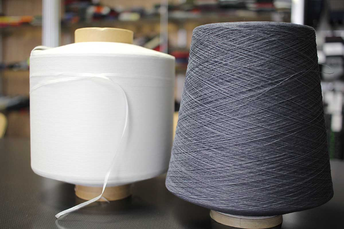 細く、細く、こより状に撚ることで、丈夫な和紙糸に|消臭効果、サラサラ効果が続く、美濃和紙を使った和紙靴下・和紙ソックス