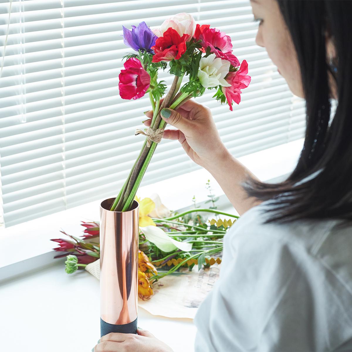 ベッドサイドで、ダイニングテーブルの上で、デスクワークの側に。無造作に草花を挿すだけで、不思議と「絵」になる、銅管の一輪挿し・花瓶・フラワーベース|BULBOUS