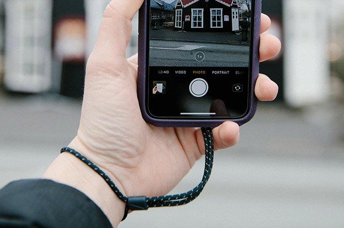 電車の中での使用やカメラ撮影時などでの落下防止に役立つ。ストラップホール&ストラップ付きのスマホケース・カバー|LANDER MOAB CASE(ランダー)