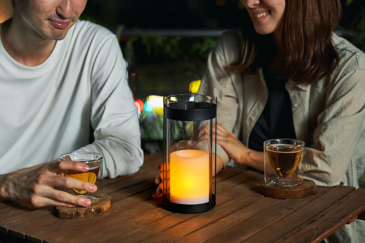 新しいくつろぎの習慣をどうぞ。夜、オレンジ色の灯りの空間は、眠りを誘うホルモン「メラトニン」を分泌しやすくなるので、体も心もゆったり|暗くなったら自動で点灯、ソーラー充電式の「LEDガラスランタン」|Notte(ノッテ)