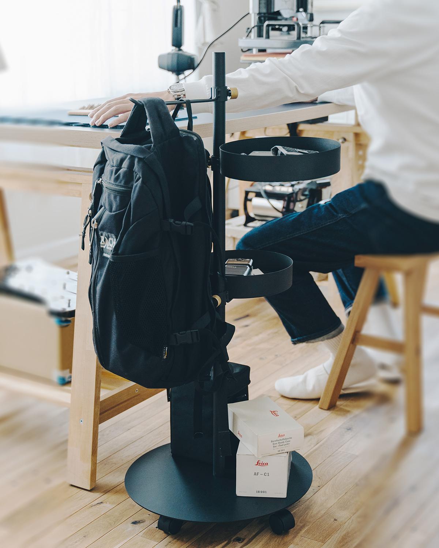 在宅勤務に、デスク周りがすっきり。家のどこにでも転がして移動できる。キャスター台つきポール「Move Rod(ムーブロッド)」|DRAW A LINE(ドローアライン)