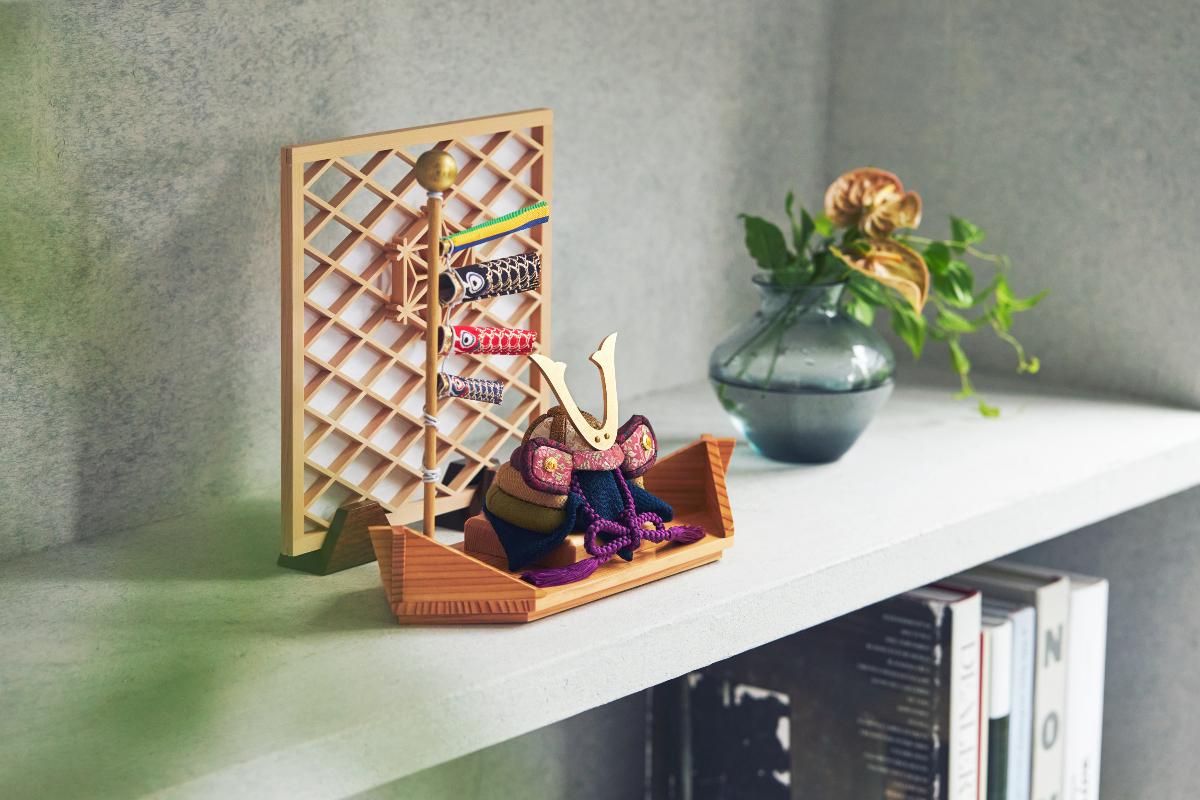 「笹舟」をモチーフにした飾り台で、マンションやアパートでも気軽に迎え入れられるコンパクトな平飾り。マンションやアパートでも、気軽に迎え入れられます。|子供の日に男の子に。日本伝統工芸をコンパクトモダンにした、江戸木目込のプレミアム「鎧飾り」「兜飾り」|柿沼人形