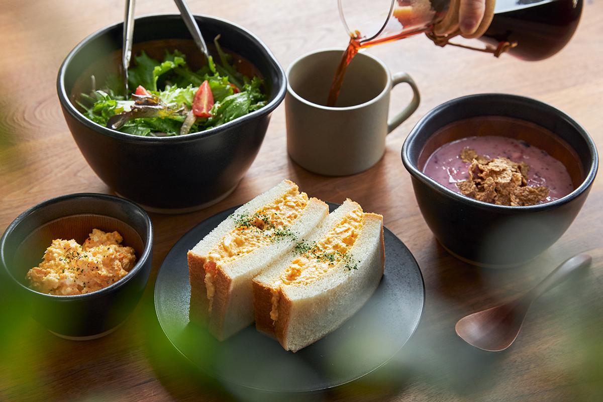 すりつぶしながら調味料と混ぜるだけ。鉢の中で玉子サンドやポテトサラダが完成!そのまま器になる石見焼のすり鉢とすりこぎ棒|もとしげ