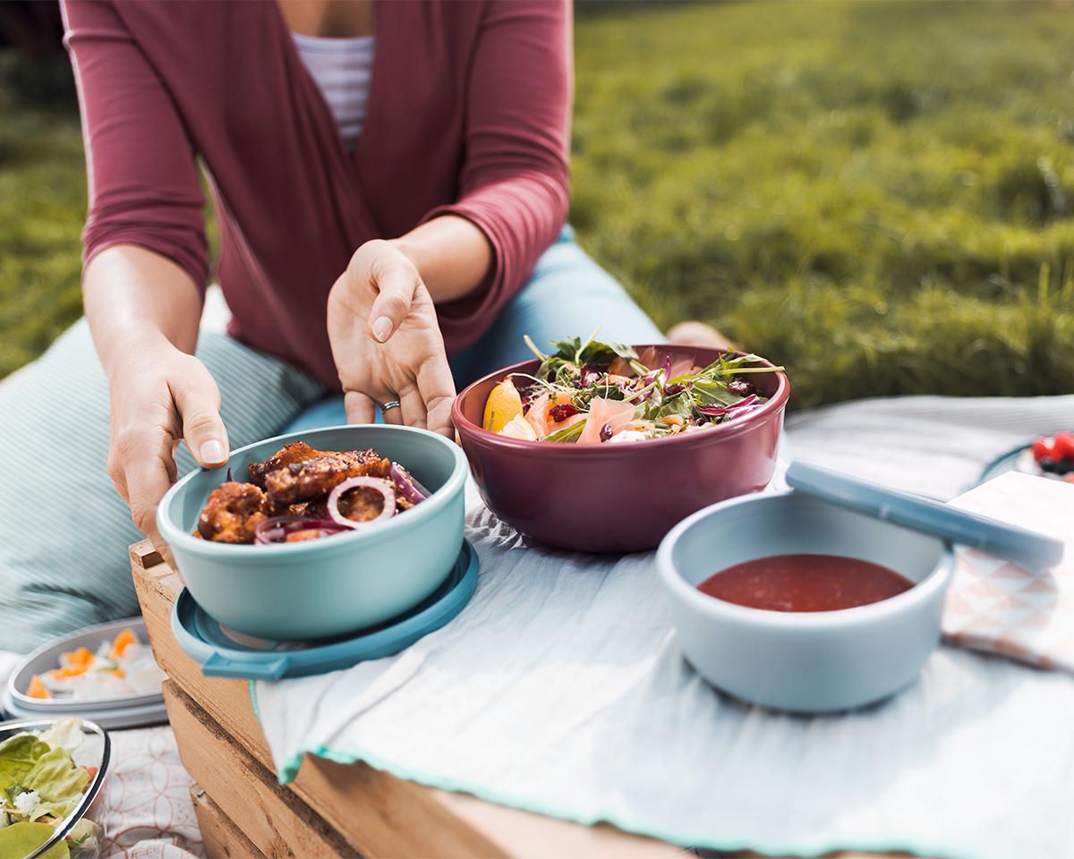持ち運びにも便利なので、毎日のお弁当はもちろん、バーベキューやピクニック、アウトドアでの遊びや持ち寄りパーティにも活躍します。汁漏れしないマルチボウル・タッパー・保存容器|MEPAL CIRQULA(サーキュラ)