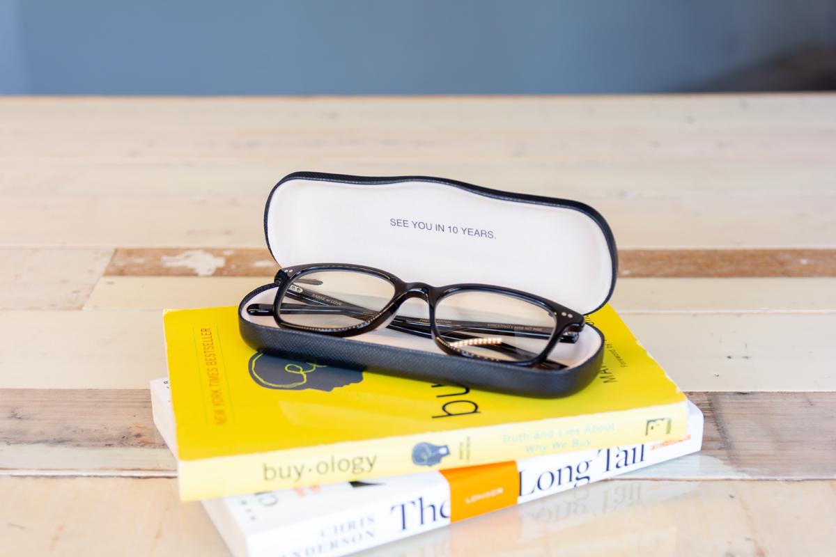 付属ケース|着けたままカフェへ、紫外線&ブルーライトもカット。人前でかけたくなる、お洒落なセルロイド製「老眼鏡」(MONOCOオリジナル企画)|LAUGHWRINKLES