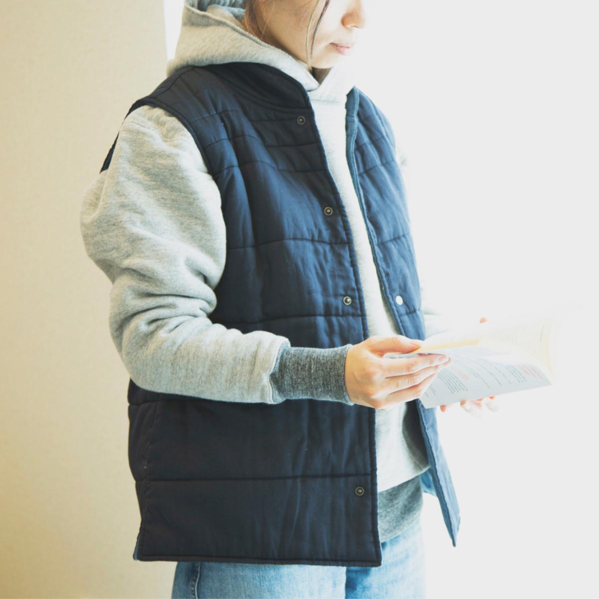 薄手のベストだから、仕事や家事に、腕が動かしやすい。着るだけホッカホカの「中わた入りベスト」(インナーダウン)|IONDOCTOR(イオンドクター)