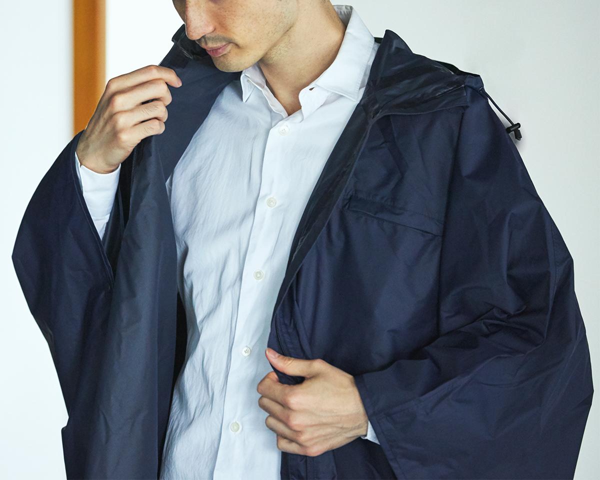仕事用のシャツにも、ワンピースにも、サラッとはおれる、ハーフコート感覚のレインコート。雨の日も両手フリー、濡れない、蒸れにくい「ポンチョ」|U-DAY PONCHO(ユーデイ ポンチョ)