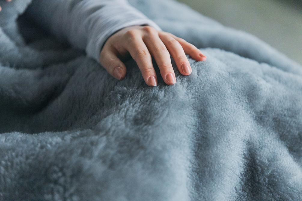 長年、ずっと使える。ありそうでなかった毛布。癒しグレーが叶える、あったか快眠空間。ふんわり毛足2cmのメリノウールが気持ちいい!軽い掛け心地の「毛布」|SERENE