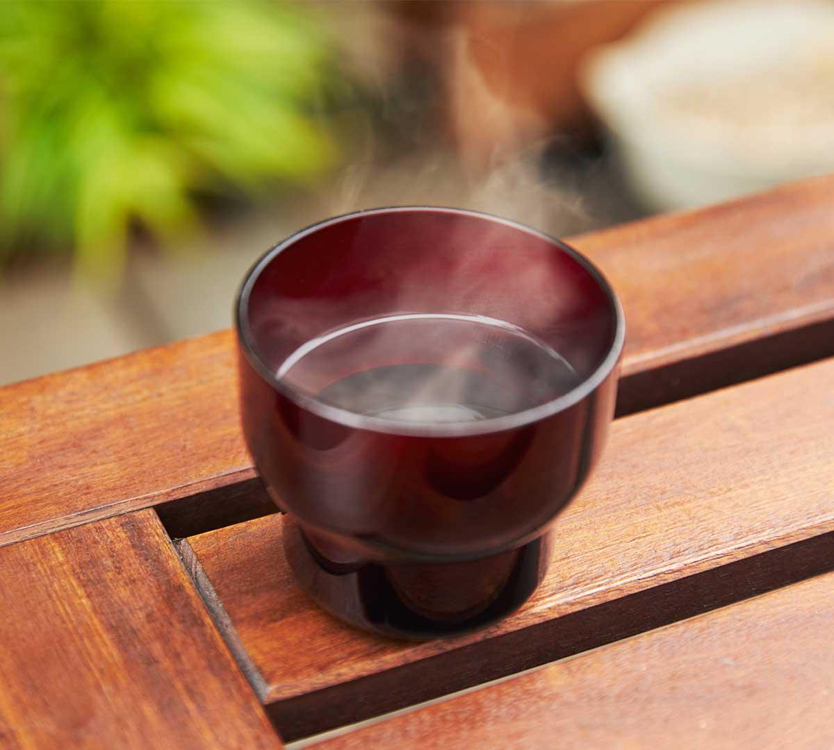 ホットコーヒーや熱い紅茶、白湯を飲む時にもどうぞ。食器洗い乾燥機の使用もOK。ずっと割れない保証付き、落としても割れない「樹脂製グラス」|双円(そうえん)