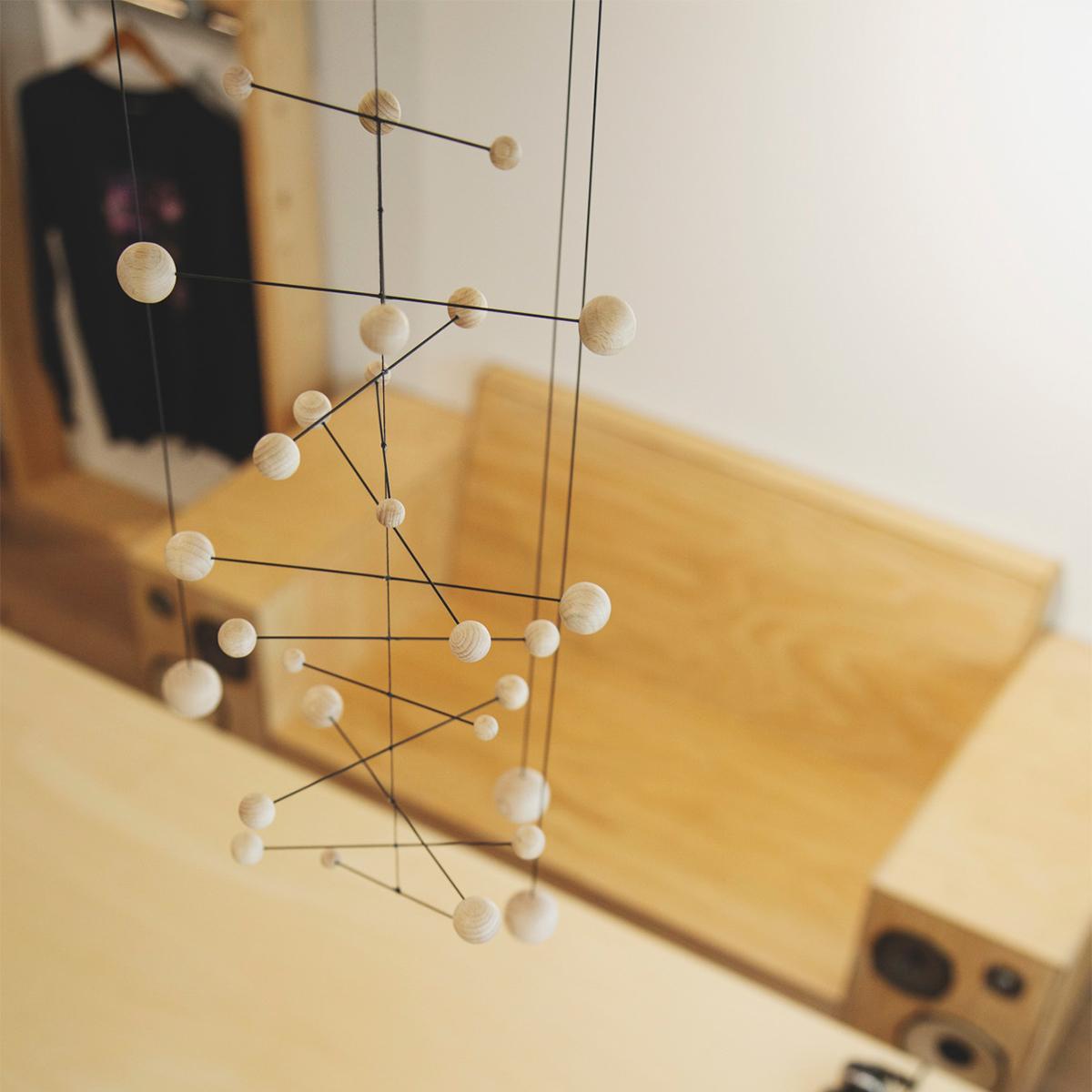繊細な手仕事が生む、絶妙バランス。吊り下げるだけで、お部屋がモダン空間に変わる「大人のモビール」|FLENSTED MOBILES(フレンステッドモビール)