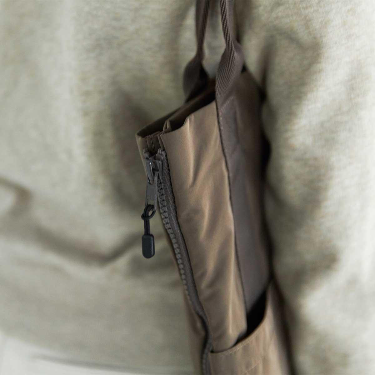 ぺたんこトートで出かけた先で、スムーズにファスナーを開いて、大容量バッグへ広げられます。薄型トートバッグが大容量バッグに変身するバッグ|WARPトランスフォームジッパーバッグ