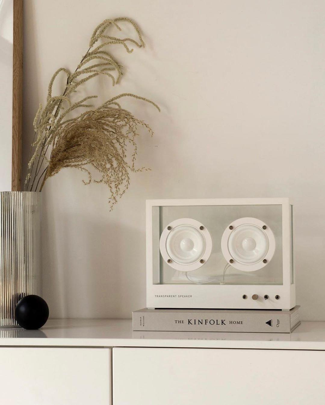 季節の花、間接照明、木のイスや手織りのラグと同じ存在、音楽をインテリアにしてくれる。ガラスとスピーカーユニット2つだけ、美しい佇まいの「Bluetoothスピーカー」|TRANSPARENT SPEAKER(トランスペアレント スピーカー)
