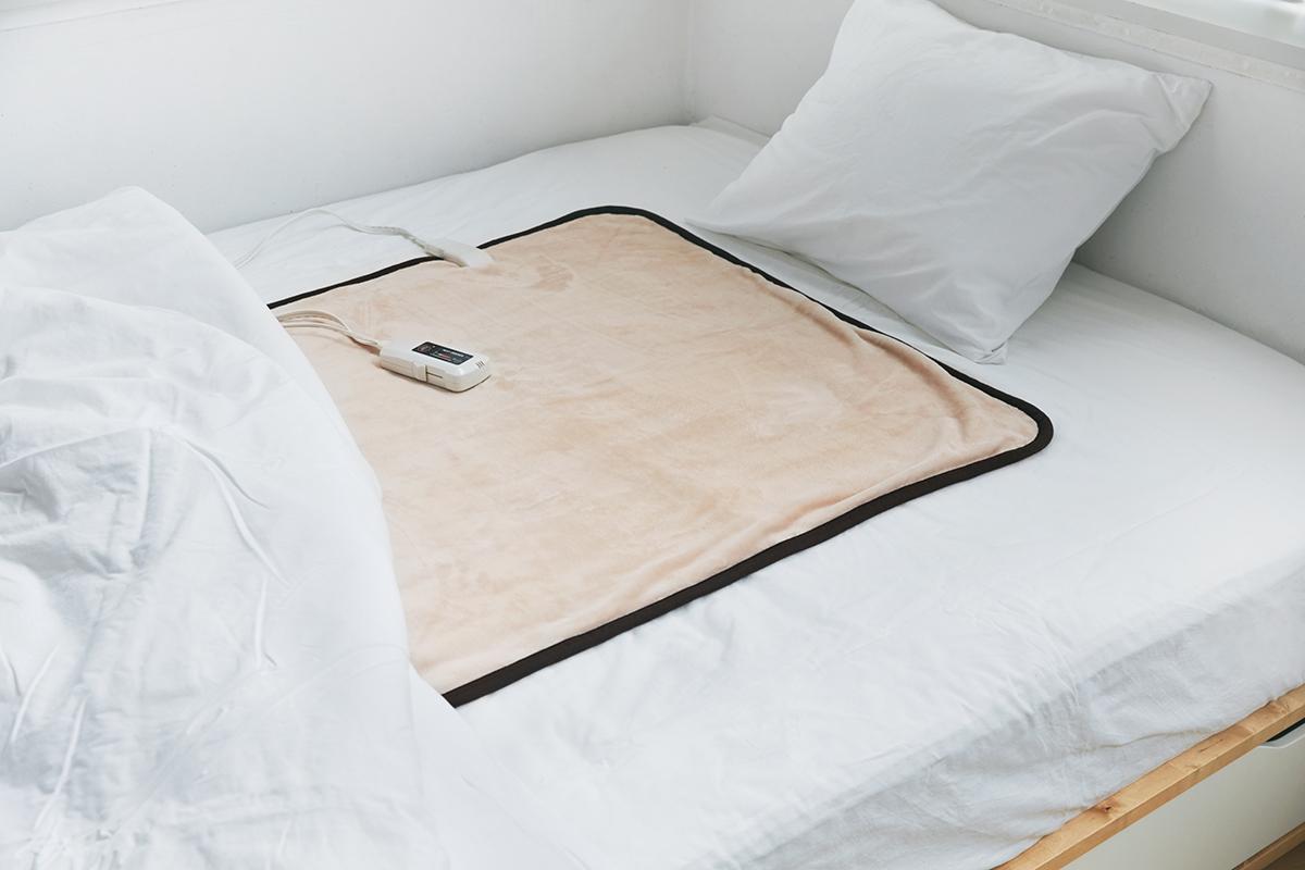布団の中を快適な温度に設計してくれる。あなたの睡眠サイクルに合わせて、電源が自動オンオフ!洗濯機で丸洗いできる「電気毛布」|HEAT-CRACKER