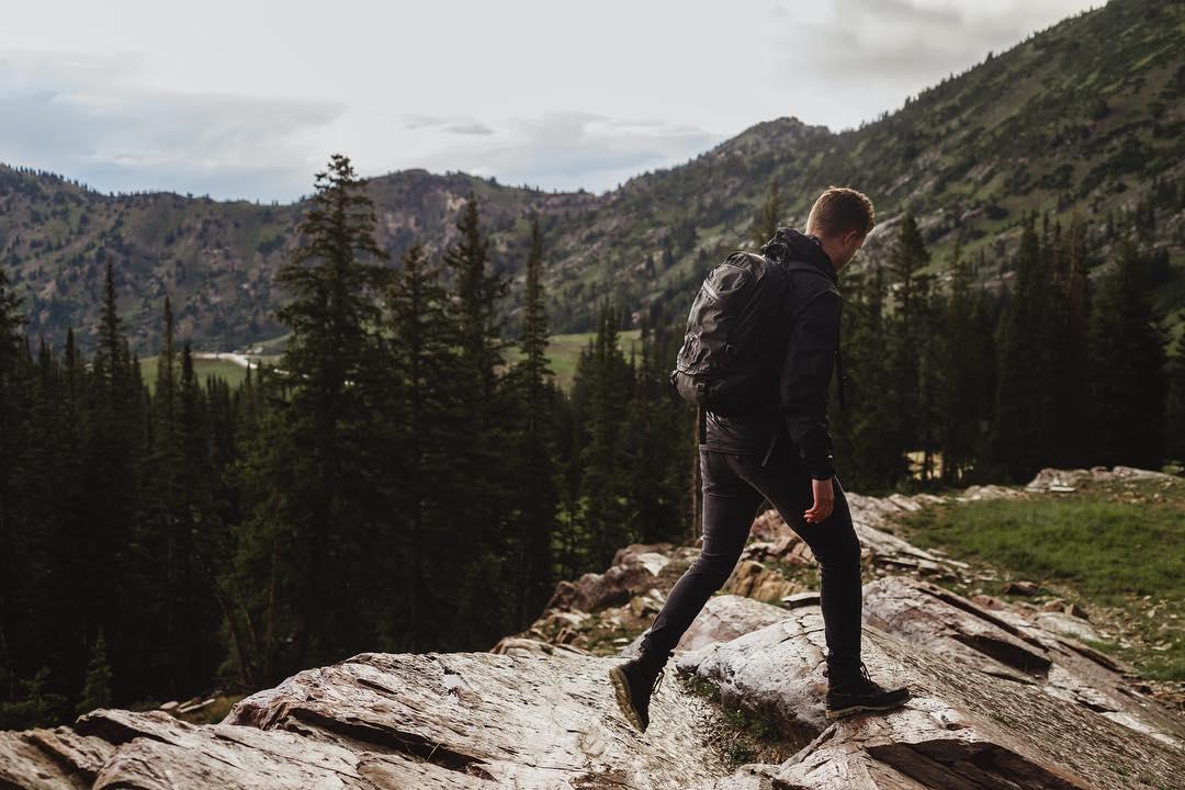 キャンピングや登山をライフワークとする『LANDER』のデザインチームは、屋外での体験とデジタルデバイスを繋ぐことを軸に、製品設計を行なっています。防水バックパック|LANDER