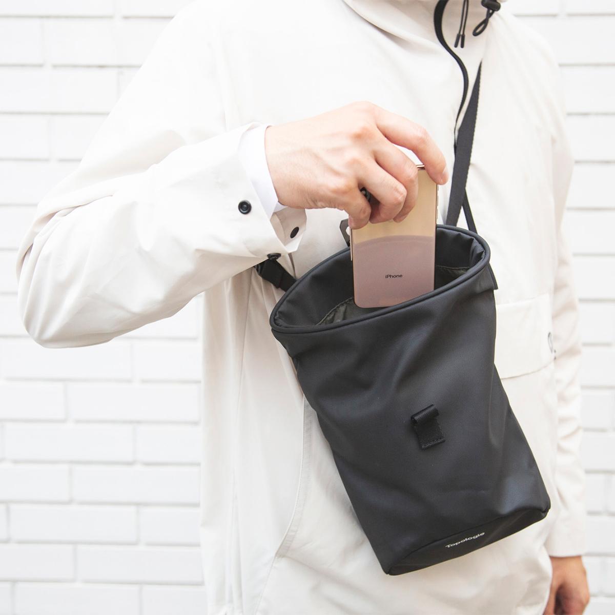 荷物の出し入れがラクな「スムーズ設計」|片手でモノの出し入れができて便利な「4WAYウエストバッグ」(水濡れや汚れに強いドライコレクション)|Topologie