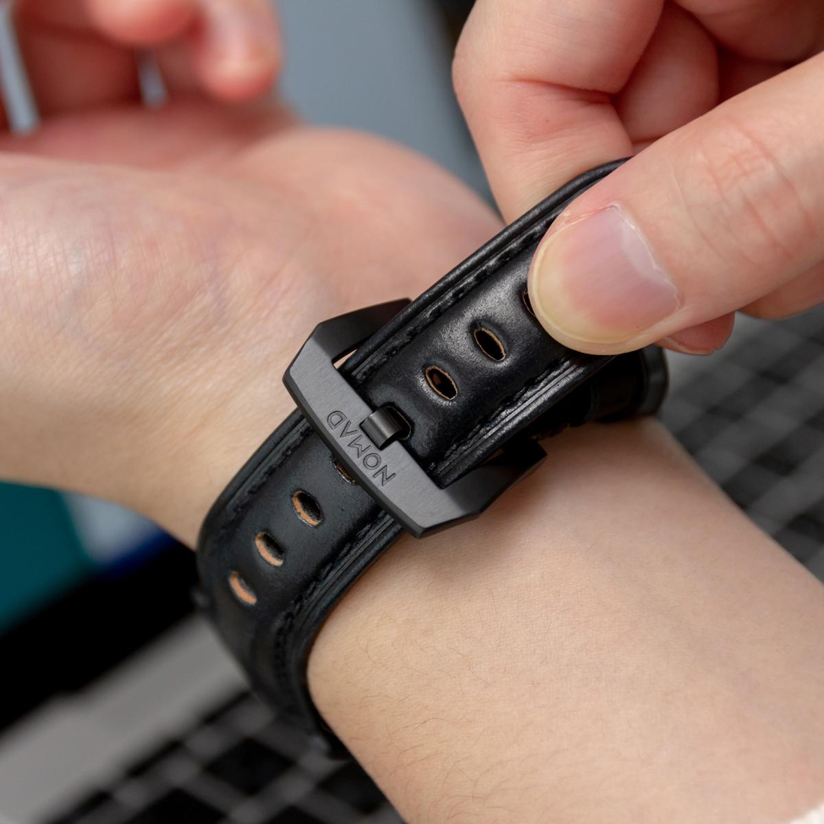 マットな光沢感とエッヂの効いた輪郭が魅力のバックルがついた希少革「シェルコードバン」のApple Watchバンド| NOMAD