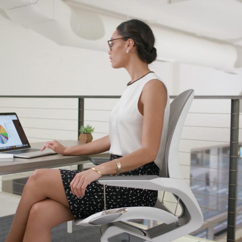 自然な動きで常に「気持ちいい姿勢」が続く。座面が浮いて動くワーキングチェア|Elea Chair