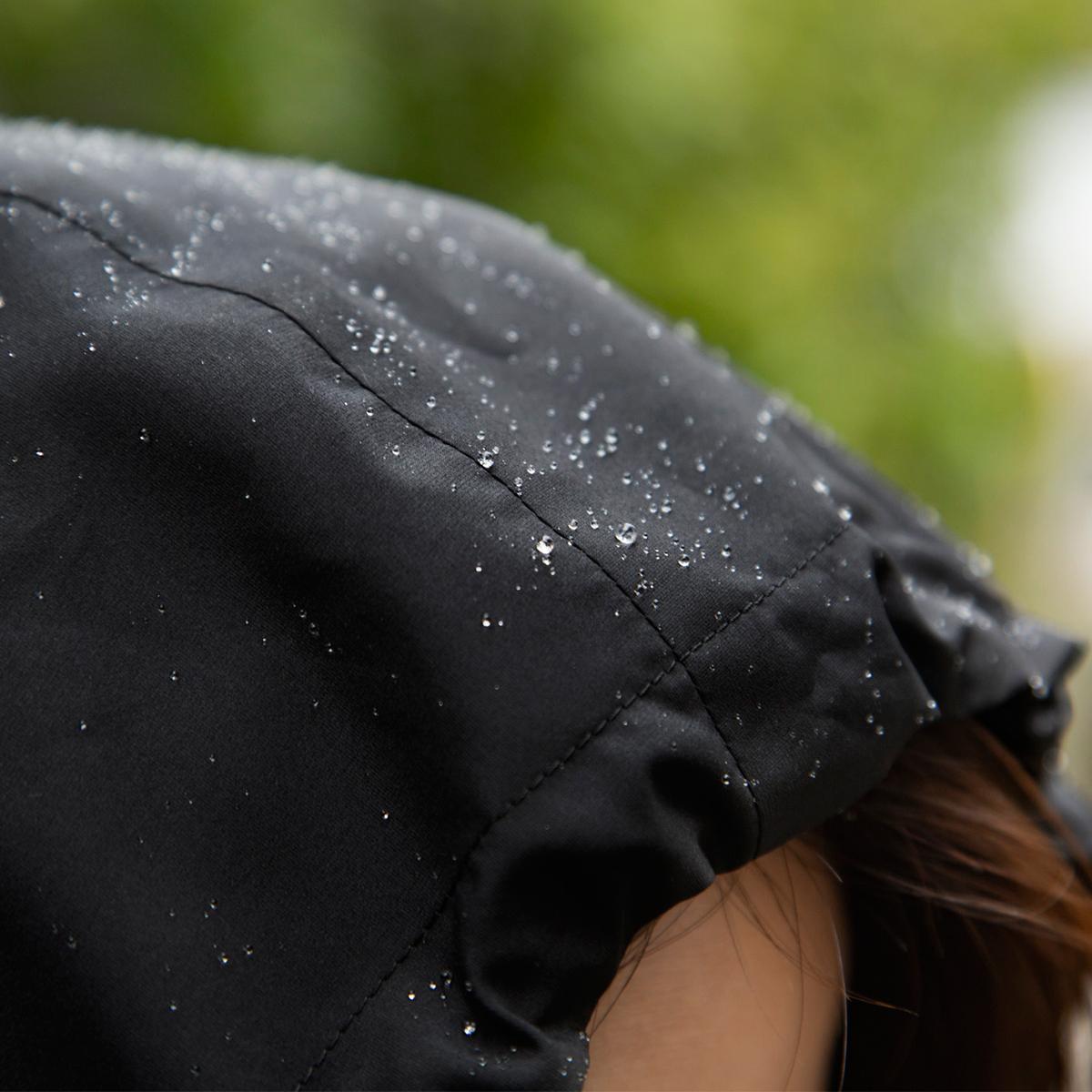 雨がスルスルと滑り落ちる撥水力。日中はサコッシュ、肌寒い朝晩はアウターに、旅やアウトドア、レジャーにぴったりな「バッグ一体型パーカー」| SANYO ENJIN
