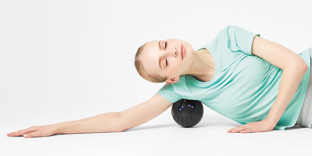 横向きに寝た状態で、脇の少し後ろにアプローチ。ストレッチボール|Dr.Air 3Dコンディショニングボール