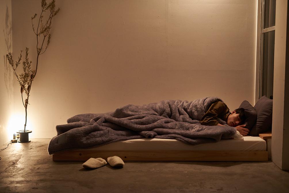 フワッフワの毛並みが、優しく包んでくれます。癒しグレーが叶える、あったか快眠空間。ふんわり毛足2cmのメリノウールが気持ちいい!軽い掛け心地の「毛布」|SERENE