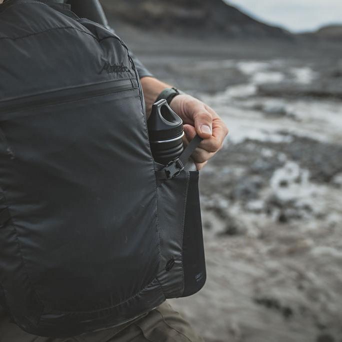体感荷重を軽減させる調整ストラップ|旅先や日常生活でアクティブに動き回れる、手のひらサイズにたためる《完全水仕様》のバックパック|Matador freefly16