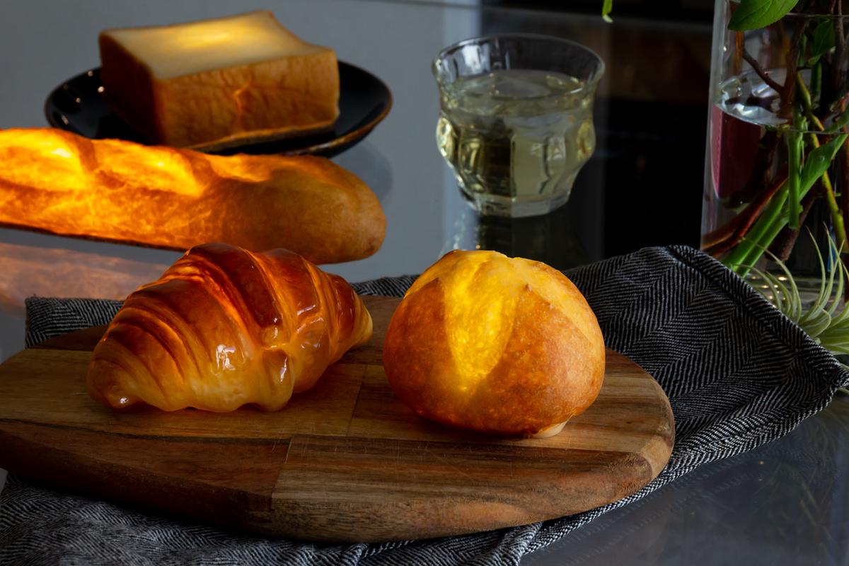 神戸の銘店で焼かれた美味しいパンの中身をくり抜き、樹脂で優しくコーティングした正真正銘のパン製ランプシェード「ライト・ランプ・間接照明」|モリタ製パン所「パンプシェード」