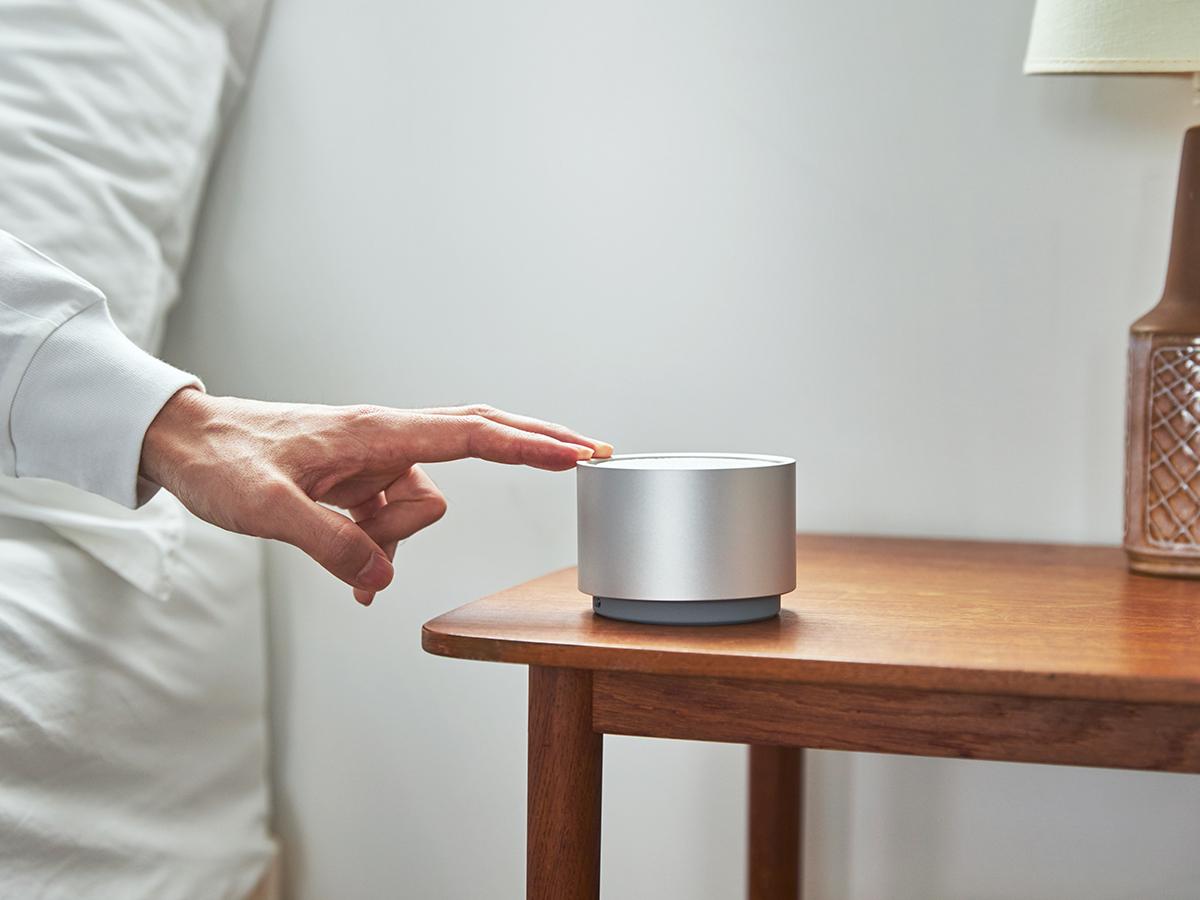 360°どの位置からでも、フチを押すだけでスイッチON|ミニマムでおしゃれなデザイン家電。香炉のような静かな存在感の「アロマディフューザー」|WEEKEND(ウィークエンド)