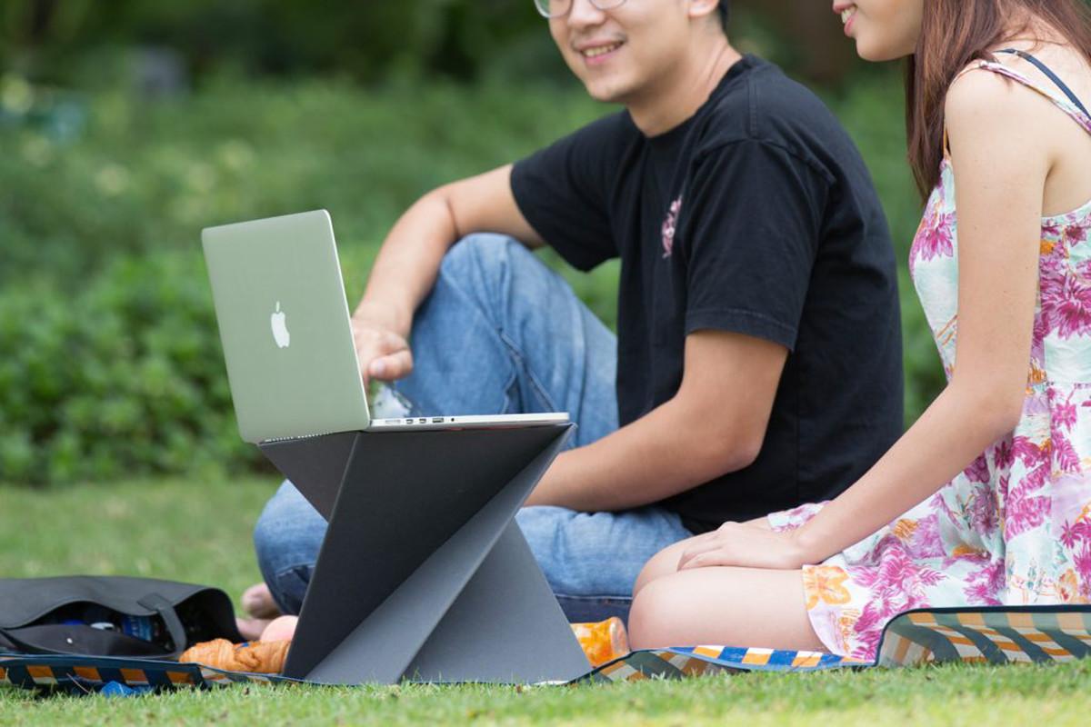 ノートパソコンも置けるスタンディングデスク Levit8