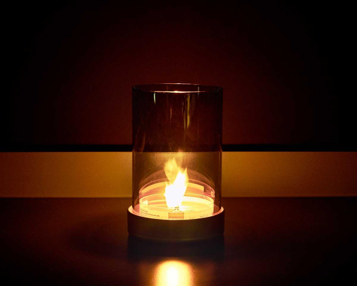 ガラス筒はミラー加工が施されており、角度によって炎が浮かび上がって見え、とても幻想的です。(シャインキャンドルランプ)|小さな焚き火を眺めているような気分に。天然木の芯が燃える音がなんとも心地いい、『WoodWick(ウッドウィック)』のプチキャンドル