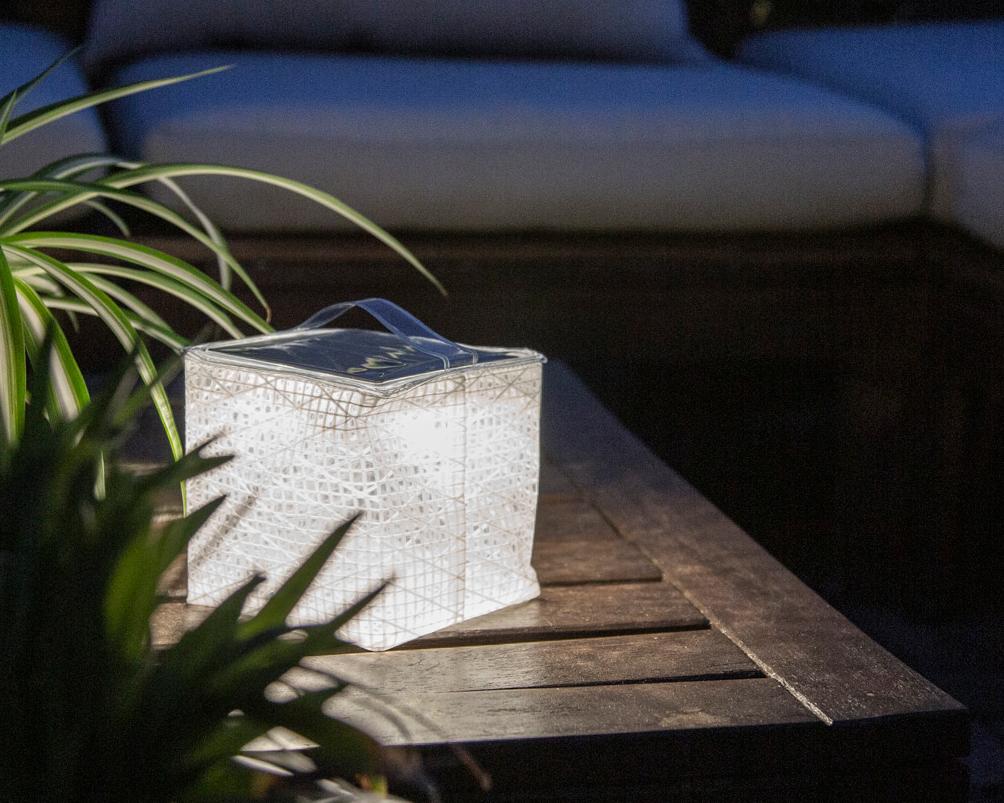 電気も燃料もいらない、日光の下に置いておくだけで充電できる。長時間、明かりを照らせる。薄さ1.2cmに畳める超軽量ソーラー充電式ライト(ランタン)で、いつも太陽の光がそばに|carry the sun