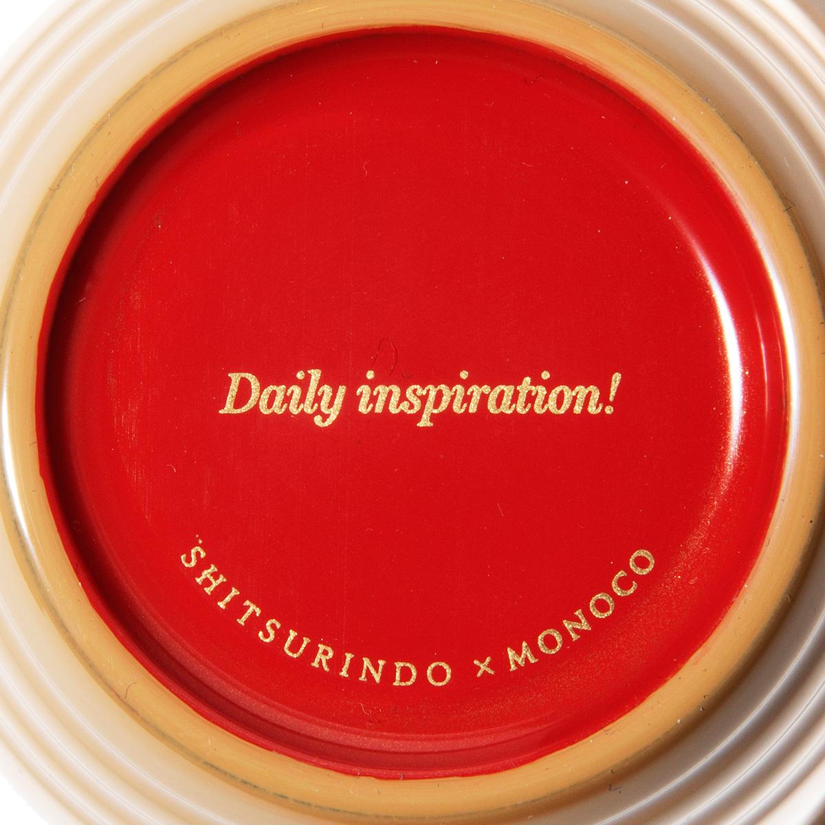 このメッセージは「蒔絵」の技術を駆使して、パッド印刷後に職人の手で金粉を蒔いています。金色塗料で印字したものとは全く質感が異なり、塗膜に厚みのある蒔絵独特の風合いが魅力の「色漆のそば猪口」| 漆琳堂×MONOCO