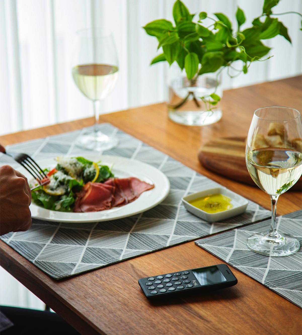会話を楽しみながら美味しい食事をゆっくり味わう時間を取り戻せる、携帯電話・ミニマムフォン|Punkt.(プンクト)