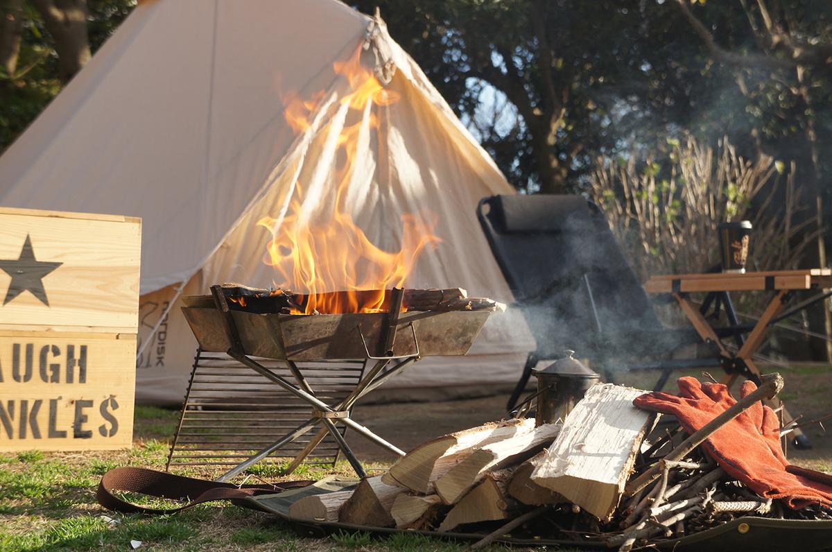 外遊びの達人が開発した、焚火の薪運び用の本気で使えるログキャリーバッグ|LAUGH WRINKLES×池之端銀革店