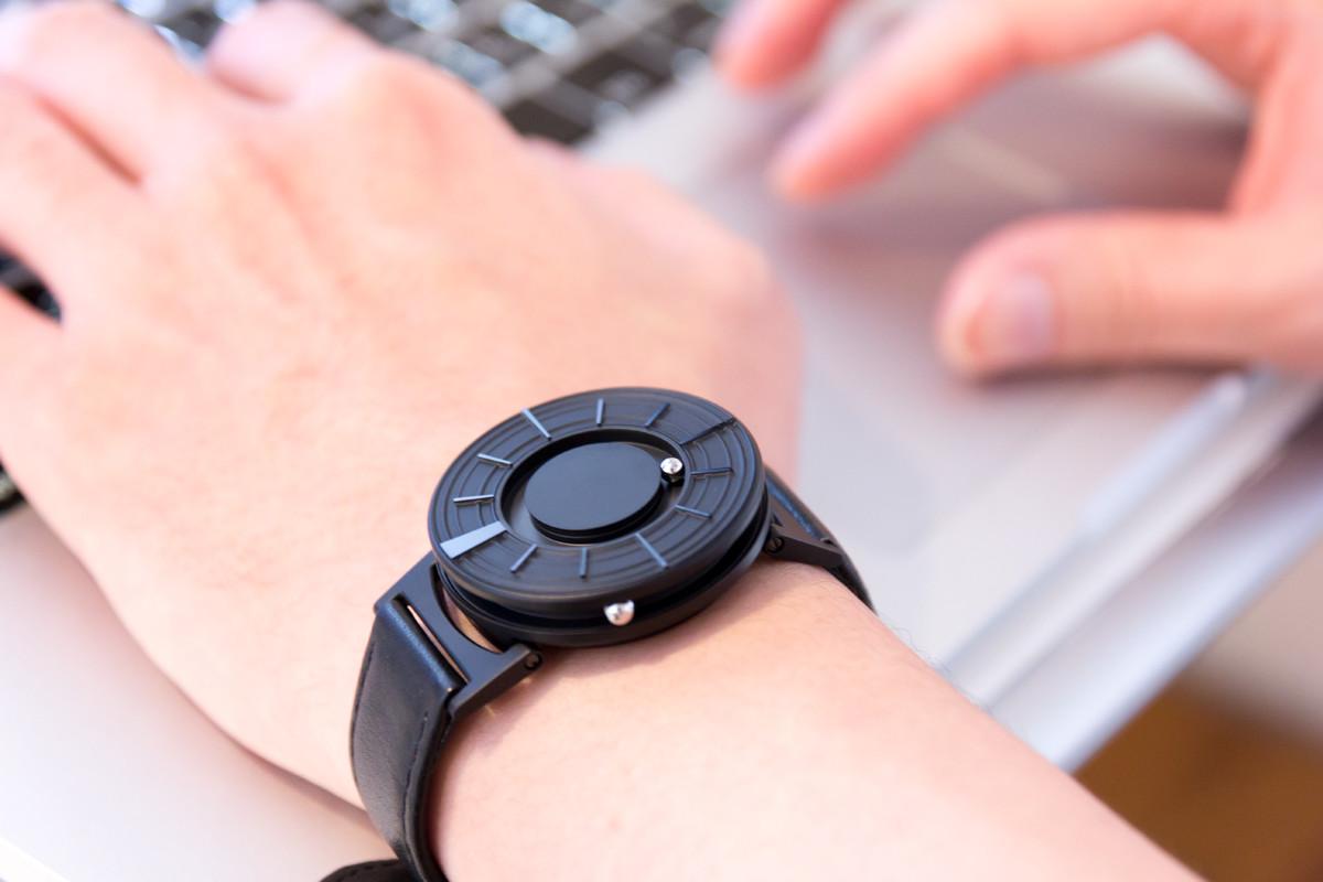 すべての人が楽しめる、ユニバーサルデザイン時計「触る腕時計」 | EONE《EDGE》