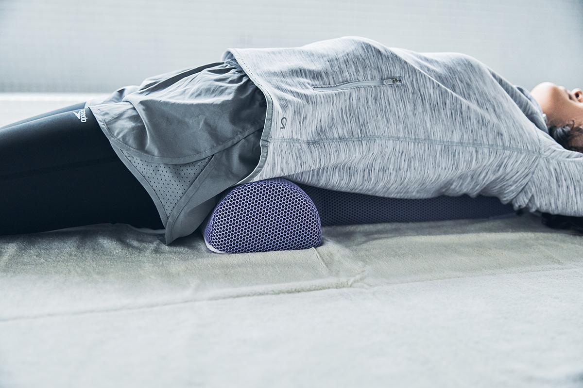 強めのハンドケアで「筋肉(ミオ)をほぐして、老廃物を流す(ドレナージ)」、ソリデンテならではの技を、家で寝転ぶだけで体験できる。予約殺到「ソリデンテ南青山」サロンの技を自宅で体感できる「ストレッチ枕」|ミオドレ式寝るだけストレッチ枕