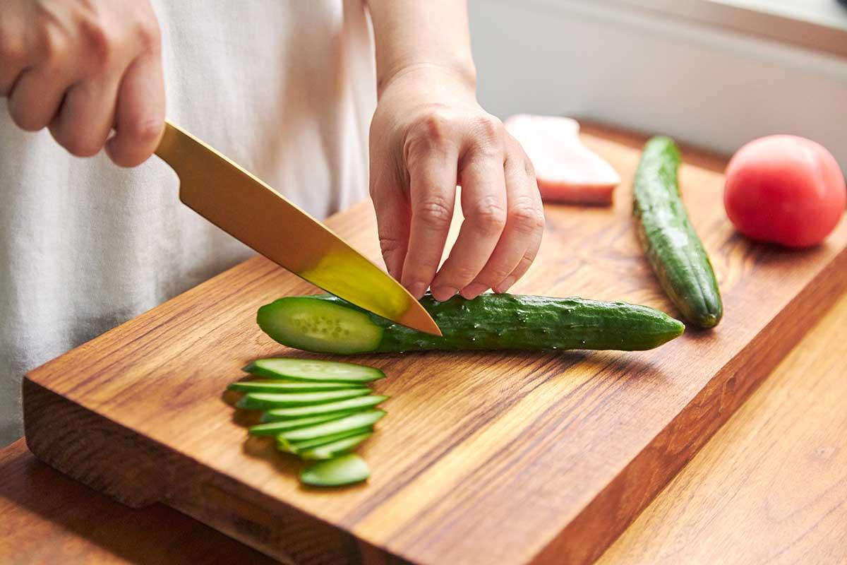 お肉やお刺身もプロのような美しい断面になる。極薄刃でストレスフリーな切れ味、野菜・肉・魚に幅広く使える「包丁・ナイフ」|hast(ハスト)