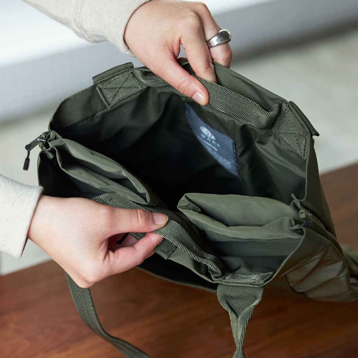マイボトル、もう一方は折畳み傘を入れるのに、ぴったりな二つのタテ型ポケット。薄型トートバッグが大容量バッグに変身するバッグ|WARPトランスフォームジッパーバッグ