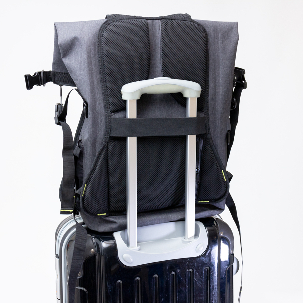 スーツケースに固定も可能。旅行時にも便利な完全防水・テックスリーブ・盗難抑止機能・隠しポケットを搭載。10の機能を持ち合わせたバックパック | Code 10