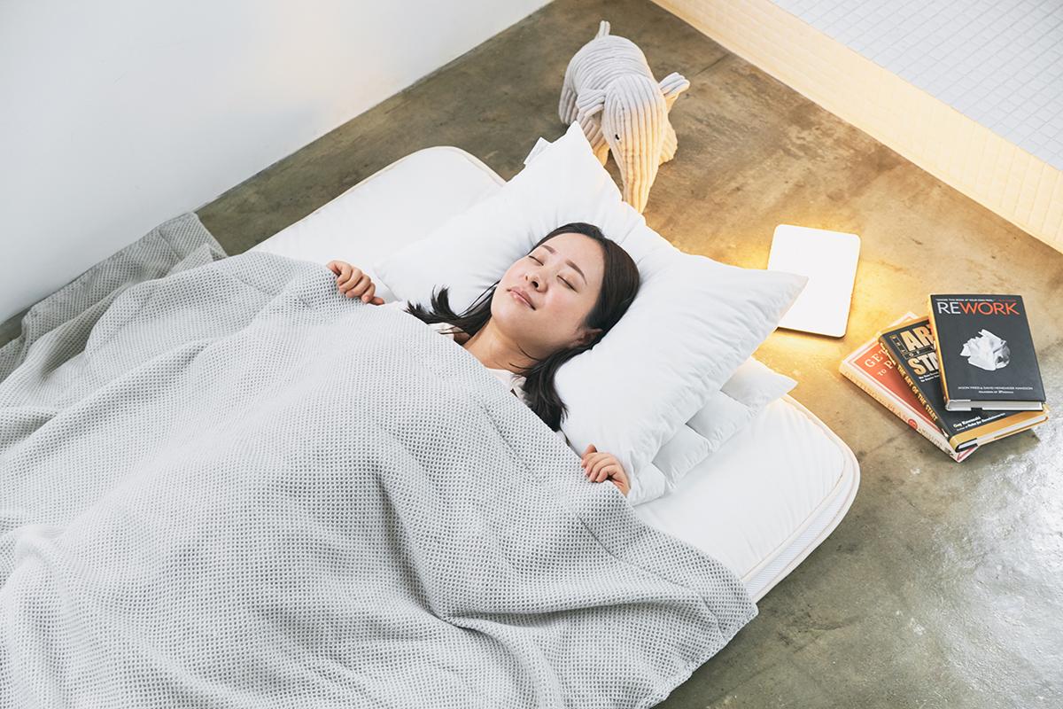 疲れが取れない人におすすめ。床に敷いて寝る布団派もベッド派も抜群の寝心地|整形外科医銅冶英雄(どうや・ひでお)先生が考案した、硬柔2層構造が、体のカーブを正しくキープしてくれる折りたたみ型の腰痛対策マットレス・ベッドパット|ドウヤメソッド