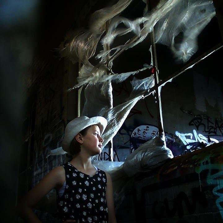 2明るい陽射しや照明の下でも、眩しさを抑えて、雰囲気ある写真に。(200)スマホと「ひと味違う写真」が撮れるトイデジカメ YASHICA