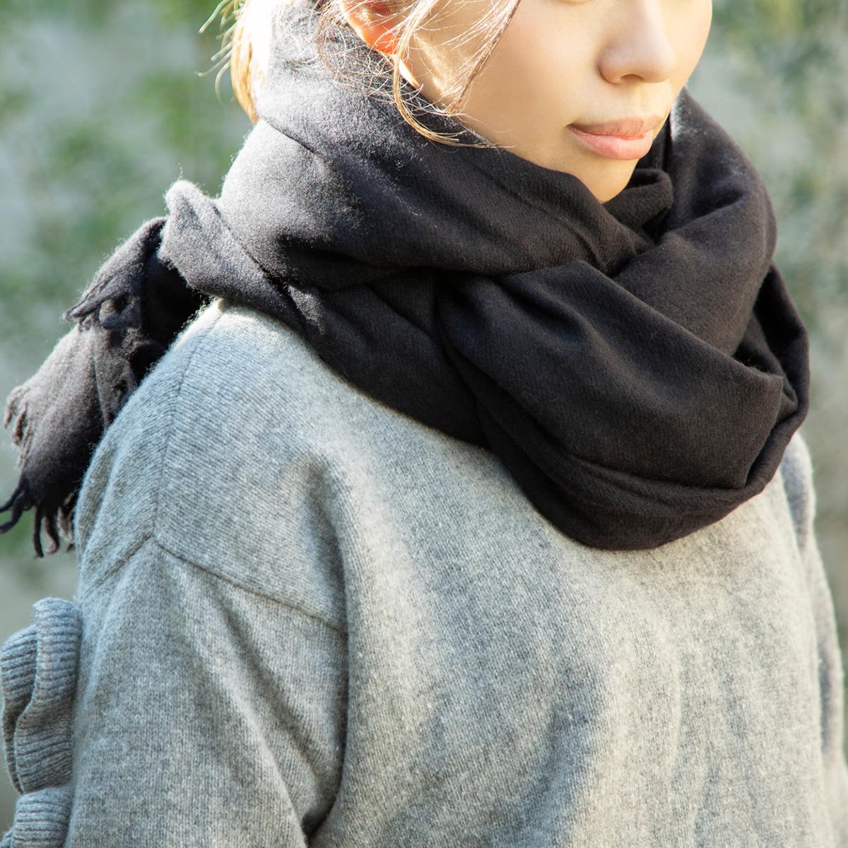 首に直接巻きつけても、チクチクしたりせず、まるで陽だまりのような、自然な暖かさが続きます。超大判カシミアストール|ADOS(エイドス)curum
