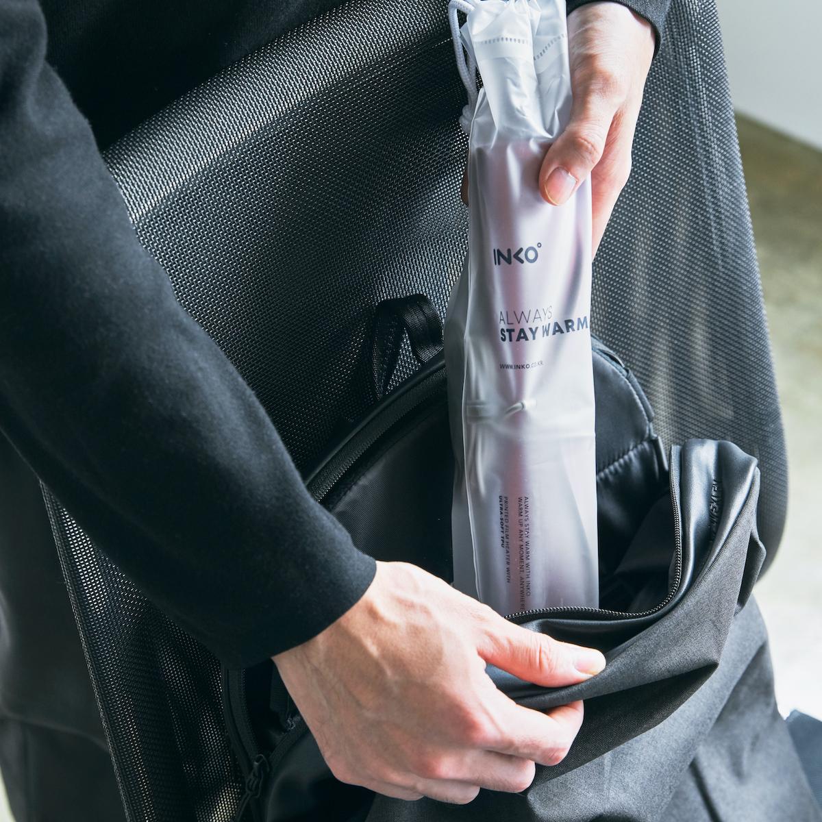 広範囲に銀ナノインクを印刷するから、シート全体を均一に素早く温められる。電熱線がないからくるくるとスリムに丸めて収納も可能。インクで安全発熱するシート型ヒーター「USB式温熱マット」|INKO(インコ)