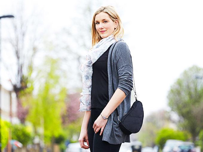 お出かけの必需品がすべて収まる小型サイズのバッグレット|Healthy Back Bag